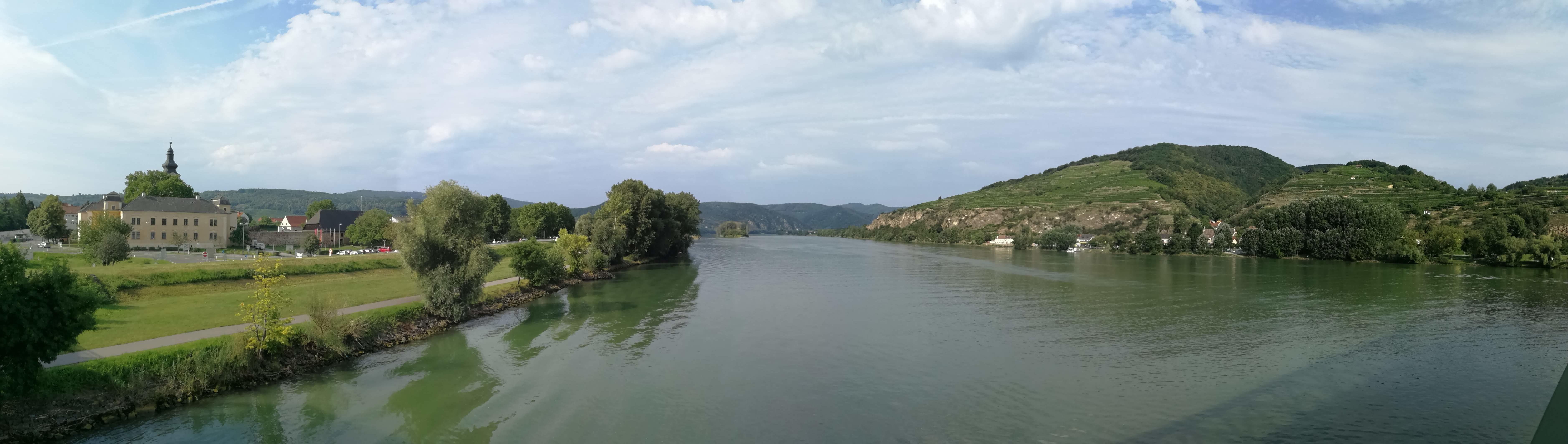 Blicka auf Donau und Mautern (linke Seite) von der Mauterner Brücke