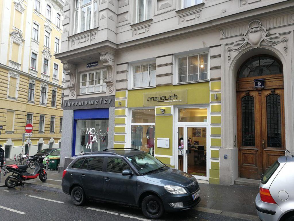 """Nachhaltige Damenmode - Eingang Laden """"anzüglich"""" - bei der der Mariahilferstrasse."""