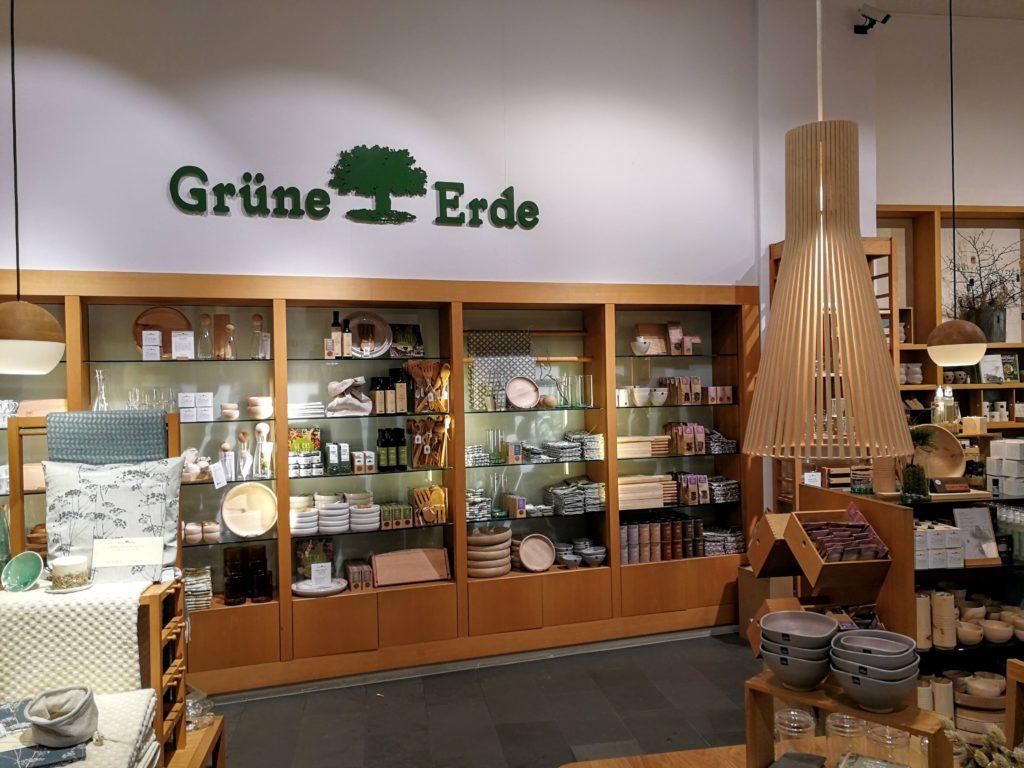 Grüne Erde Geschäft - innen mit Logo - nachhaltige Kosmetika, Behälter, Decken und Tücher.