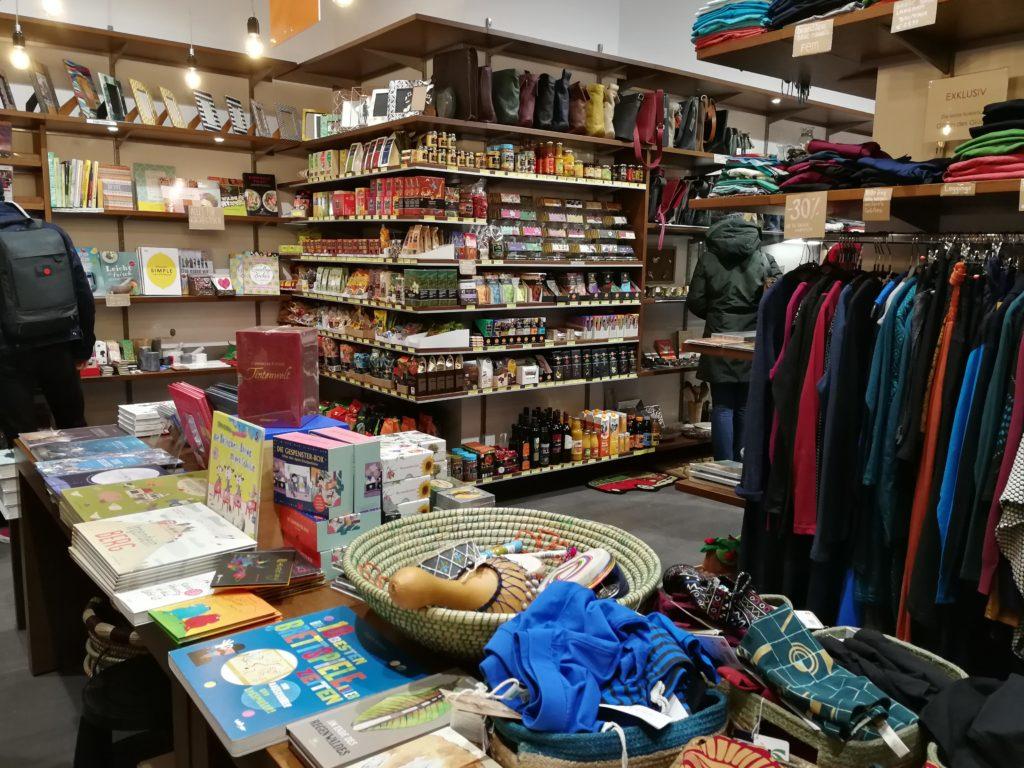 Im nachhaltigen und fairen Weltladen auf der Mariahilferstrasse - Bücher, Kleidung, Gewürze, Getränke.